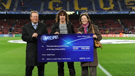 Carles Puyol donates charity cheque to ICRC