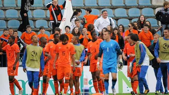 Netherlands take aim, rivals retain hope