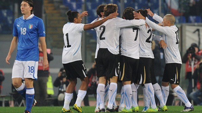 Italy go down to ten-man Uruguay