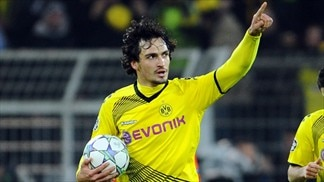 Hummels commits to three more years