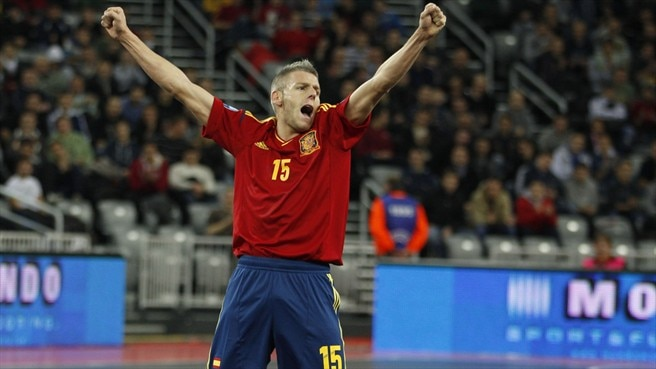 Spain hold nerve to down Slovenia