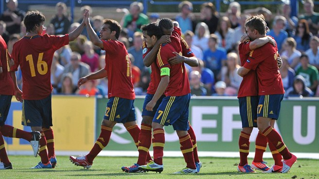 Spain enjoy bright start to title defence