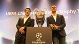 Luís Figo and Ruud Gullit with the trophy in Milan