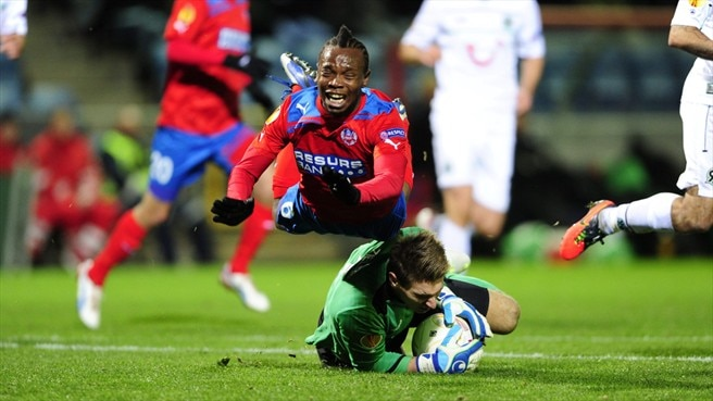 May Mahlangu (Helsingborgs IF) & Ron-Robert Zieler (Hannover 96)