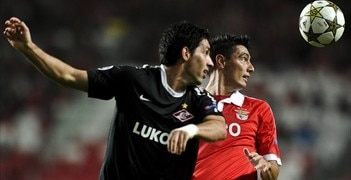 Spartaks' Juan Insaurralde and Benfica's Óscar Cardozo battle for the ball