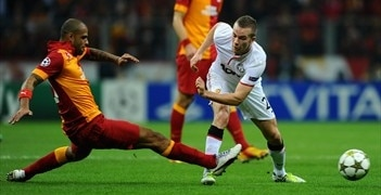 Felipe Melo (left) challenges United midfielder Tom Cleverley