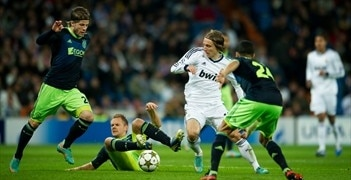 Real Madrid's Luka Modrić (2R) in action against Ajax