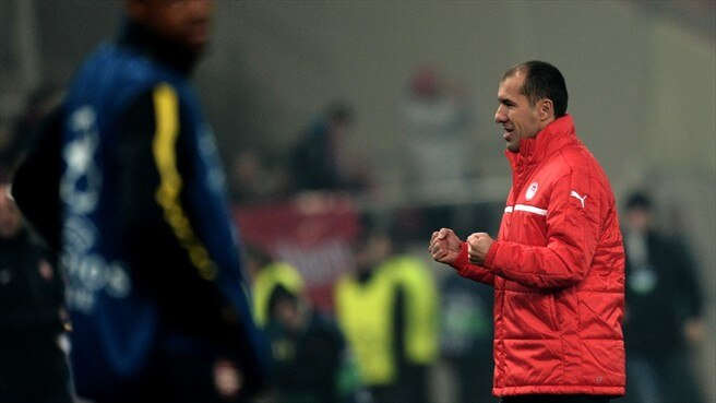 Jardim shares joy with Olympiacos supporters