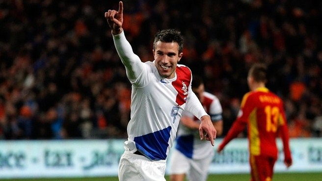 Van Persie double helps Dutch down Romania