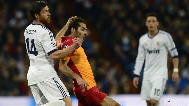 Hamit Altıntop (Galatasaray AŞ) & Xabi Alonso (Real Madrid CF)
