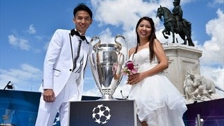 A couple's wedding day gets even better as they get their hands on the UEFA Champions League trophy in Lisbon