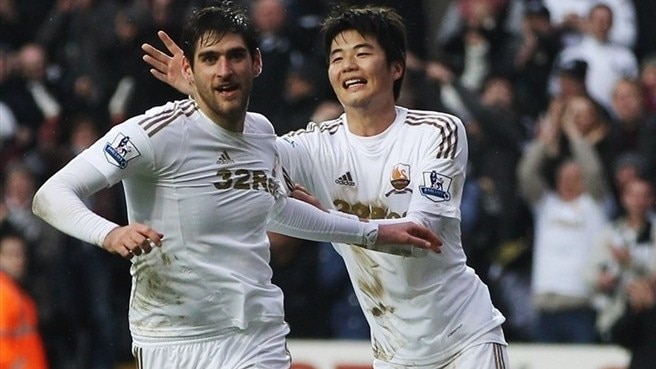 Swansea hold Arsenal, Liverpool edge through