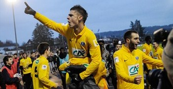 Épinal celebrate their victory against holders Lyon