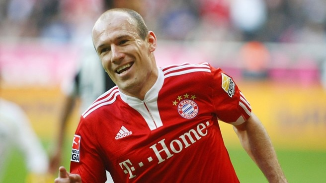 Robben hat-trick keeps Bayern top