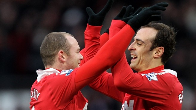 United stay top as City keep pace