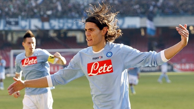 Cavani helps Napoli close in on Milan