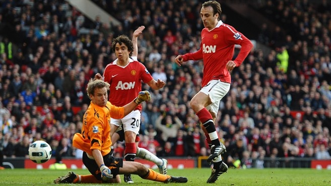 Berbatov edges ten-man United five points clear