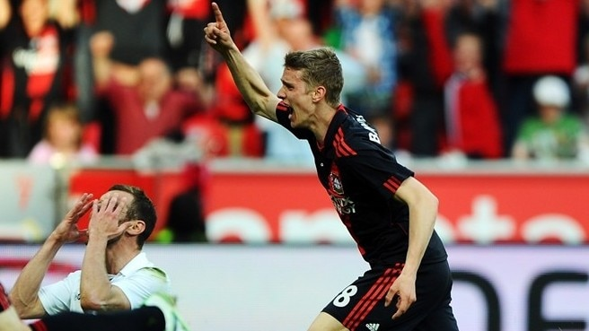Leverkusen increase pressure on Dortmund