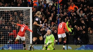 United beat Spurs to keep pace with City