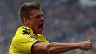 Derby winners Dortmund tighten title grip