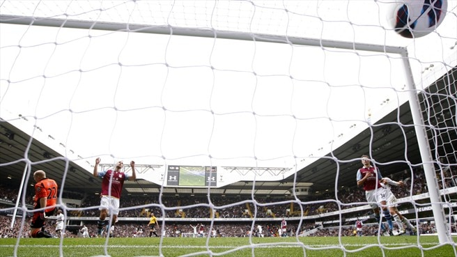 Tottenham Hotspur FC's second goal is scored by Aaron Lennon