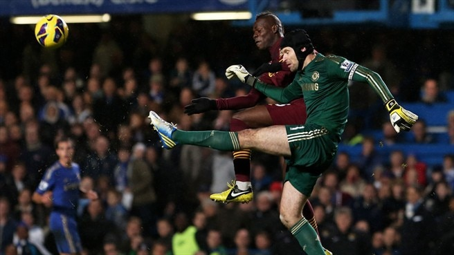 Mario Balotelli (Manchester City FC) & Petr Čech (Chelsea FC)