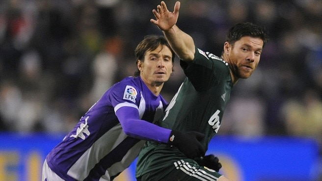 Xabi Alonso (Real Madrid CF) & Lluis Sastre (Real Valladolid CF)