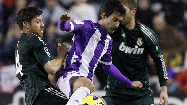 Xabi Alonso (Real Madrid CF) & Óscar González (Real Valladolid CF)