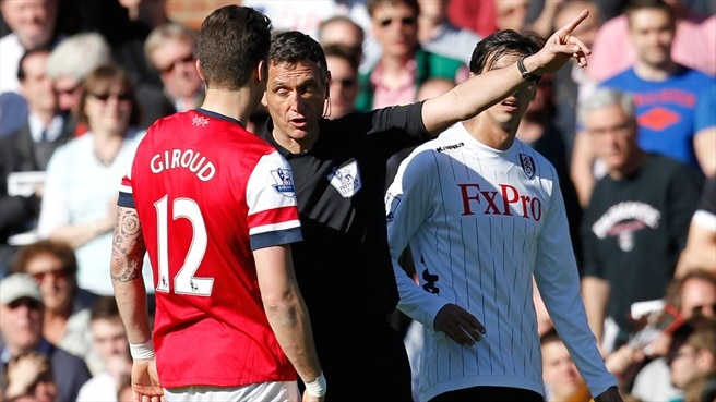 Referee Andre Marriner & Olivier Giroud (Arsenal FC)
