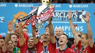 Ferdinand stays on for 12th season at United