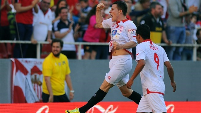 Sevilla sink Espanyol to stay in race for fourth