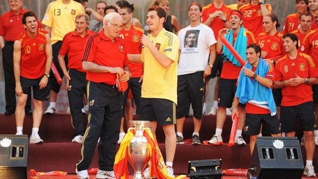 Tributes flow for history-maker Aragonés