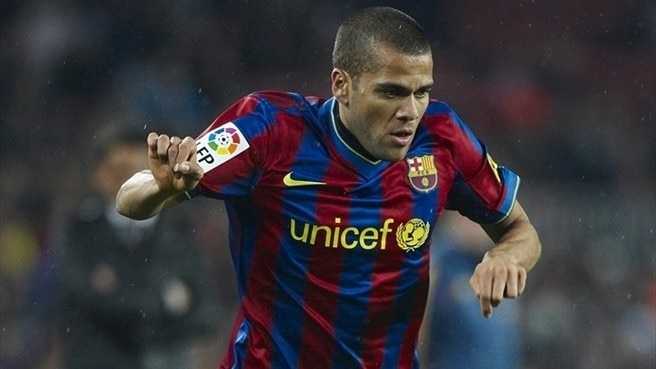 Daniel Alves agrees new Barcelona contract