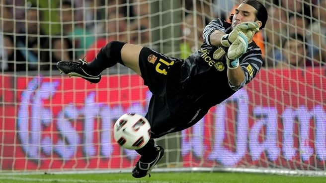 Barcelona hand Pinto new contract
