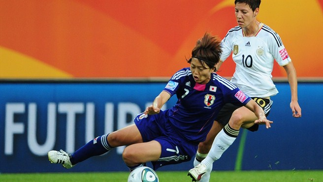 Japan's Kozue Ando (left) and Germany's Linda Bresonik