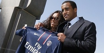 Lucas Moura poses with his mother after signing for PSG