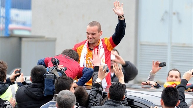 Galatasaray signal intent with Sneijder signing