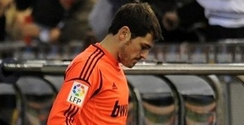 Iker Casillas leaves the pitch at Mestalla after breaking his left thumb