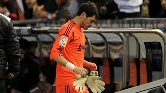 Madrid goalkeeper Casillas breaks left thumb