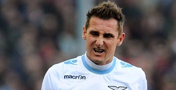 Miroslav Klose grimaces during Lazio's loss to Genoa