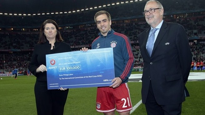 Lahm presents UEFA cheque to ICRC