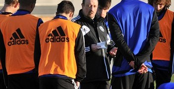 Rafael Benítez issues instructions to the Chelsea squad in Yokohama