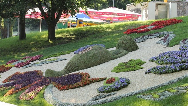 Kyiv visitors hand bouquets to flower display